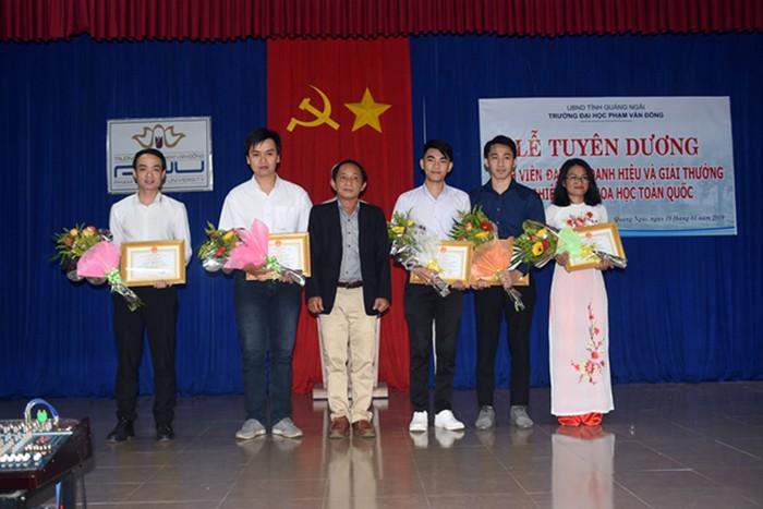 TS. Nguyễn Đăng Vũ, Hiệu trưởng Trường Đại học Phạm Văn Đồng trao Giấy khen cho các sinh viên đạt giải thưởng.