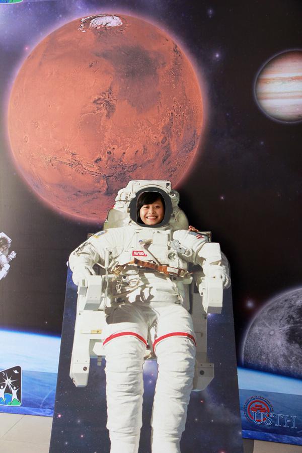 Sinh viên USTH tham gia ngày hội không gian