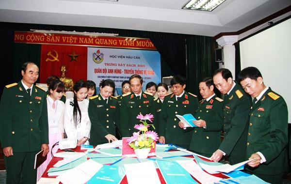 Các đại biểu thăm quan phòng trưng bày sách báo chào mừng 70 năm ngày thành lập QĐND Việt Nam tại HVHậu cần.