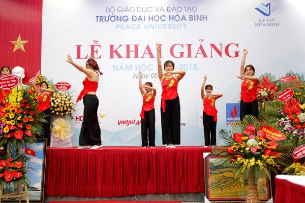 Lễ khai giảng ĐH Hòa Bình