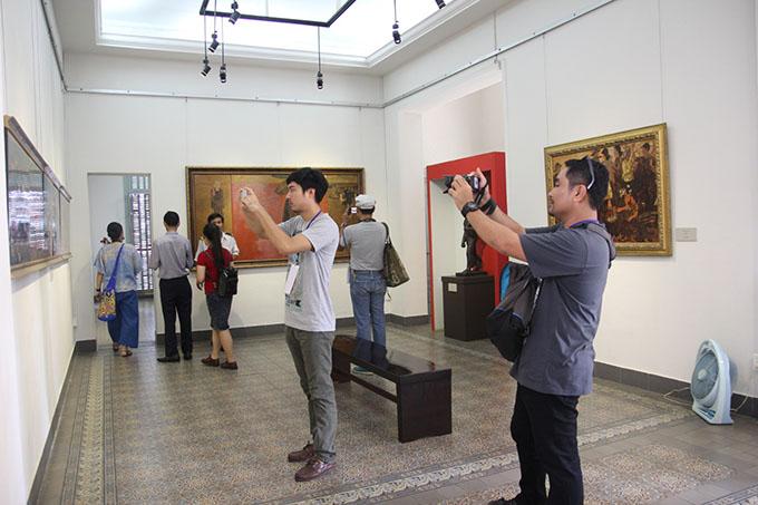 Giảng viên tham quan bảo tàng trường Đại học Mỹ thuật Tp.HCM