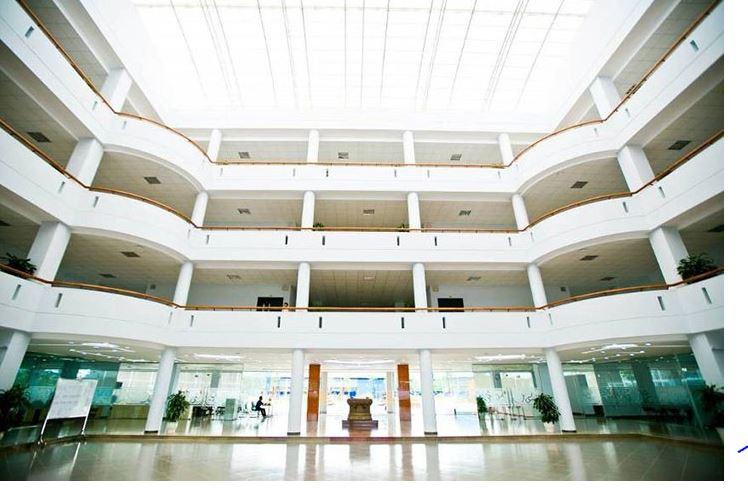 Bên trong tòa nhà chính đại học FPT