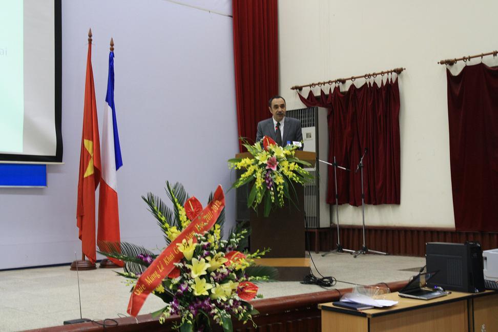 Hiệutrưởng phát biểu tại buổi lễ khai giảng trường USTH