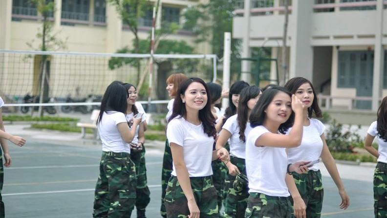 Sinh viên học viên tham gia rèn luyện thể thao